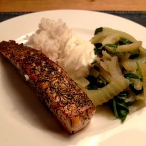 Lachsfilet auf heißem Fenchel-Spinat-Salat