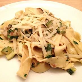 Frische Pilze auf frischer Pasta
