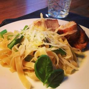 Scharfes Huhn, grüner Spargel auf Pasta + Zitronen-Basilikum Schaum
