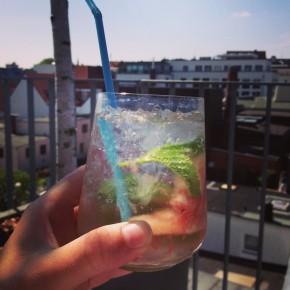 Frischer Sommerdrink für den Balkon