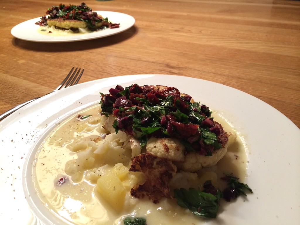 Blumenkohlsteak-olivenrelish-kartoffelsoße