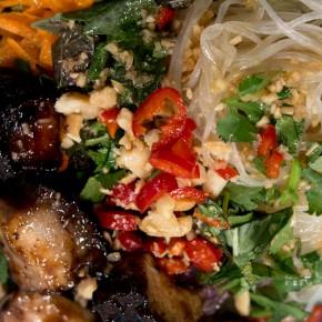 Vietnamesisches Bun Cha mit glasiertem Schweinebauch
